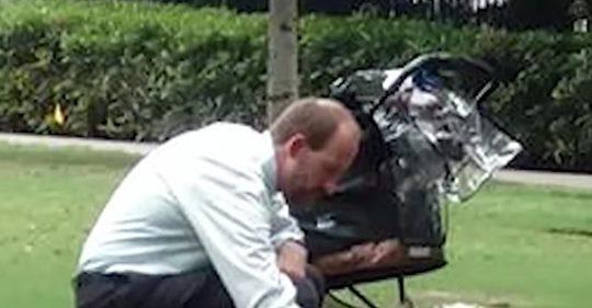 Mann im Park mit leerem Kinderwagen denkt, dass ihn niemand beobachtet, doch Jogger schießt ein offenbarendes Foto