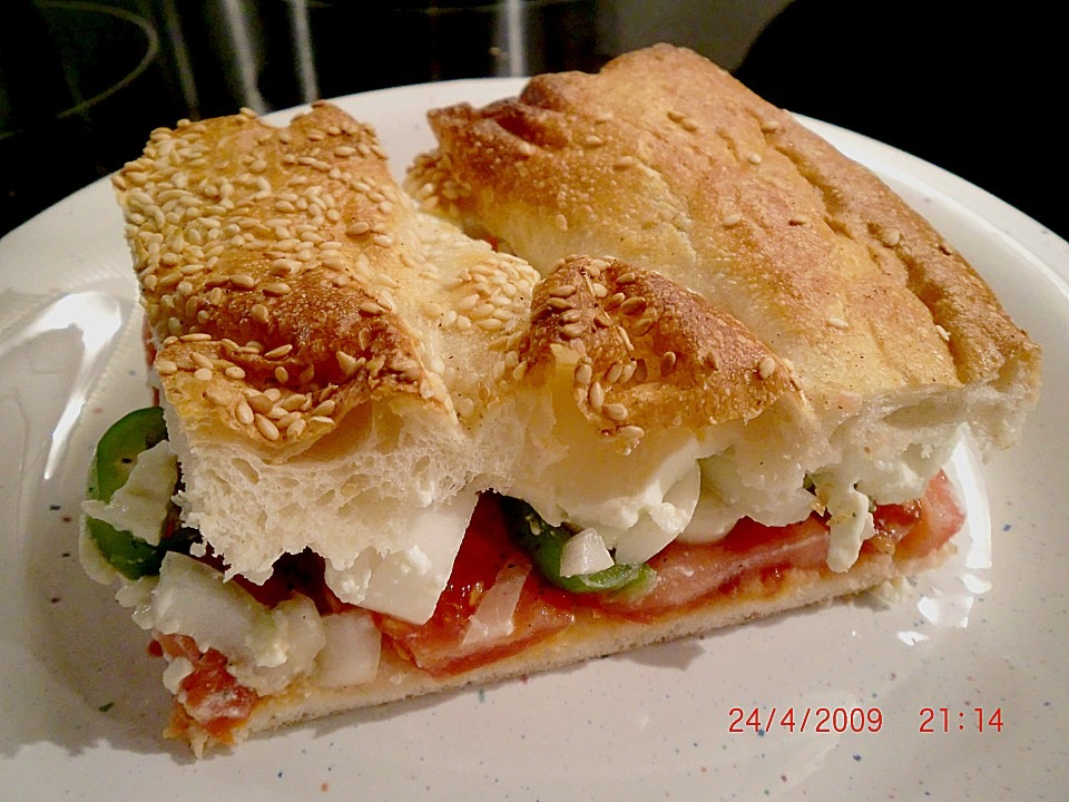 Fladenbrot mit Tomaten und Feta   Käse gefüllt