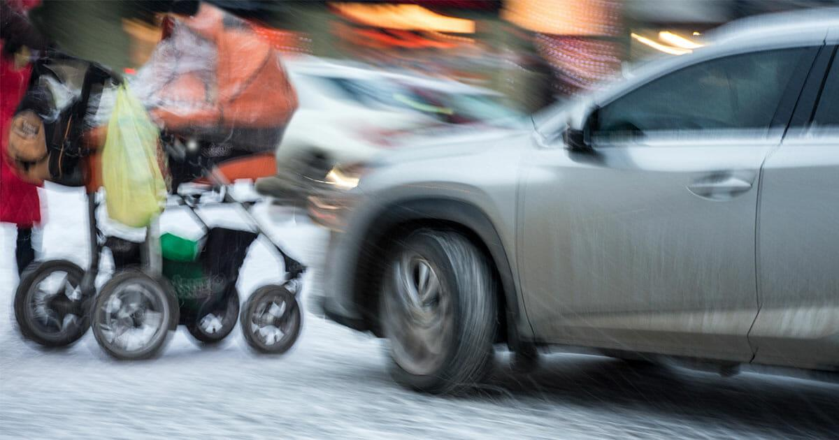 Hof/Bayern: Auto fährt Kinderwagen an, Baby wird herausgeschleudert – Fahrer begeht Fahrerflucht