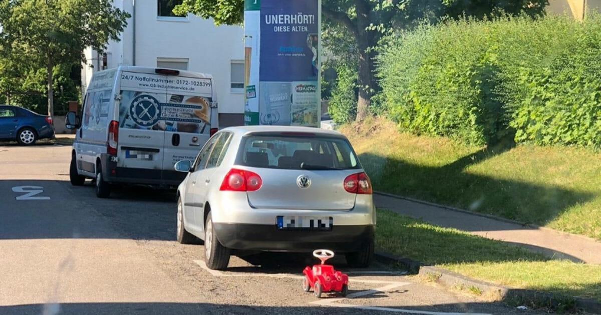 Ludwigsburg: Kind lässt Bobby Car im Parkverbot stehen – Polizei begeistert das Netz mit Reaktion