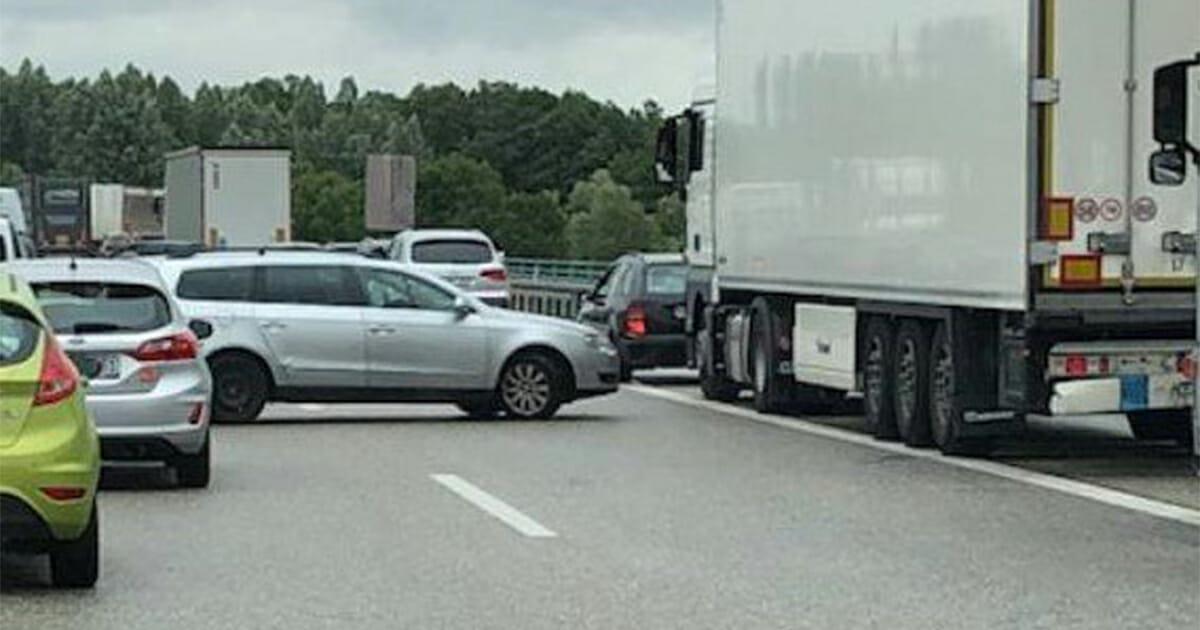 """A20 bei Wismar: """"Geisterfahrer"""" fahren nach Unfall durch die Rettungsgasse, um nicht im Stau zu stehen"""
