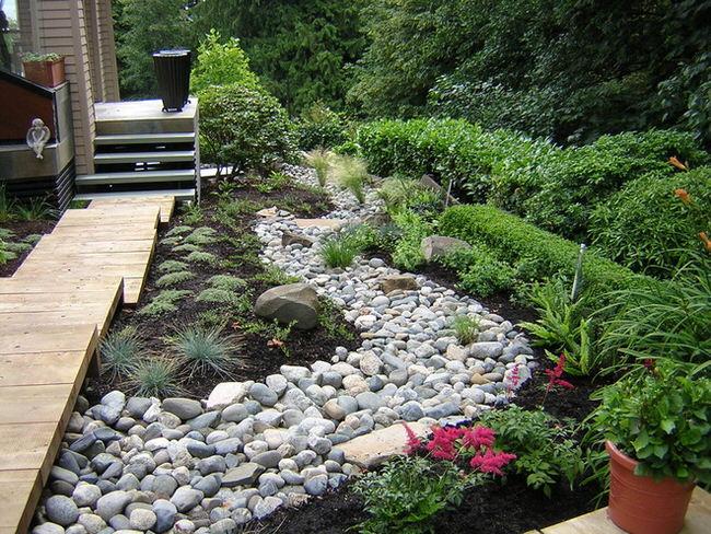 Möchten Sie Ihrem Garten das gewisse Extra verleihen? Wie wäre es dann mit einem getrockneten Bach mit Flusssteinen?
