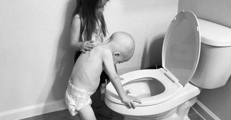 Mädchen hilft kleinem Bruder durch Chemotherapie