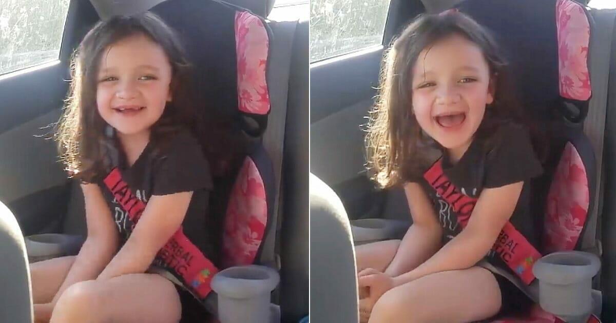 Stumme 5-jährige Autistin sagt ihr erstes Wort & rührt ihre Mama zu Tränen