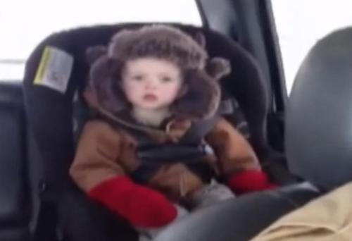 Ein kleines Kind will die Erlaubnis des Vaters, bevor es auf dem Rücksitz des Autos einschläft