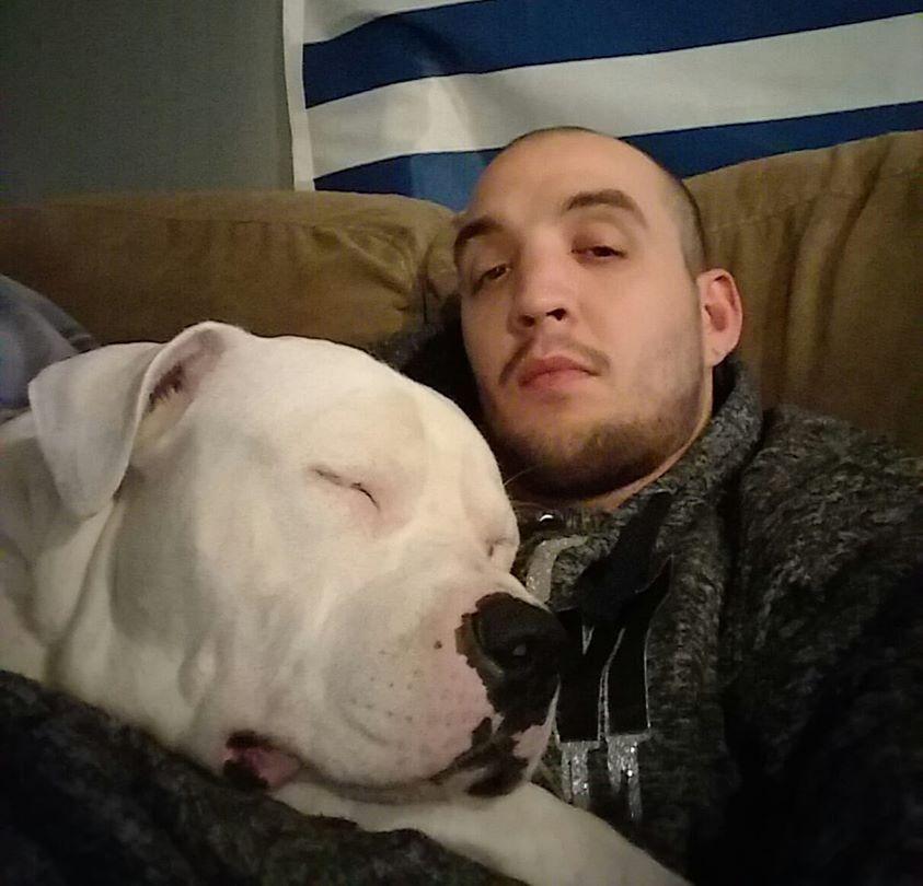 Ein Mann stellte sein Auto zum Verkauf, um sich eine Operation für seinen Hund leisten zu können, nachdem dieser mit einer Darmverstopfung diagnostiziert wurde