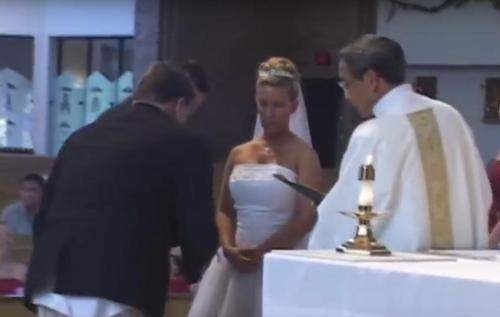 Trauzeuge hat Kleiderpanne und die Hochzeitsgesellschaft kann sich vor Lachen nicht mehr halten