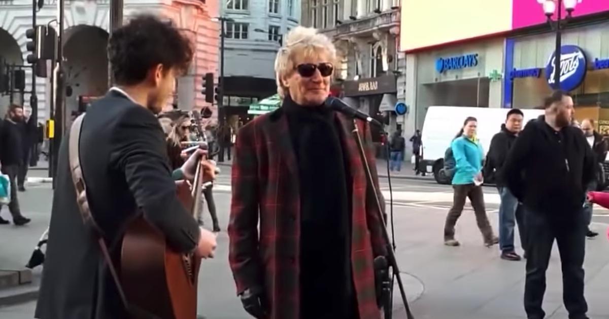 Superstar Rod Stewart hört, wie ein Straßenkünstler seinen Song spielt, schnappt sich das Mikrofon und macht mit