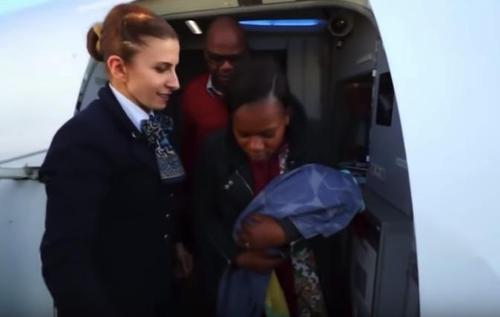 Ein Arzt bringt sein eigenes Baby auf einem Flug zur Welt, als seine Frau bei 14 Kilometer Reisehöhe ihre Wehen bekommt