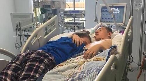 Eine Teenagerin umarmt ihren Freund kurz bevor seine lebenserhaltenden Apparate abgeschaltet wird