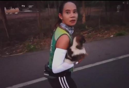 Marathonläuferin entdeckt während des Rennens einen verlassenen Welpen und trägt ihn 30 Kilometer mit sich