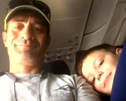 Ängstliche Mutter setzt ihren autistischen Sohn auf seinen ersten Flug ohne Begleitung und bekommt bald eine Textnachricht von seinem Sitznachbar über das Verhalten ihres Sohnes