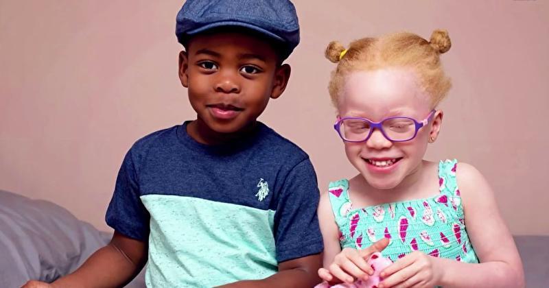 Mutter hat Schwarzen und Weißen Zwilling  geboren und lehrt sie nun, ihre einzigartigen Eigenschaften anzunehmen