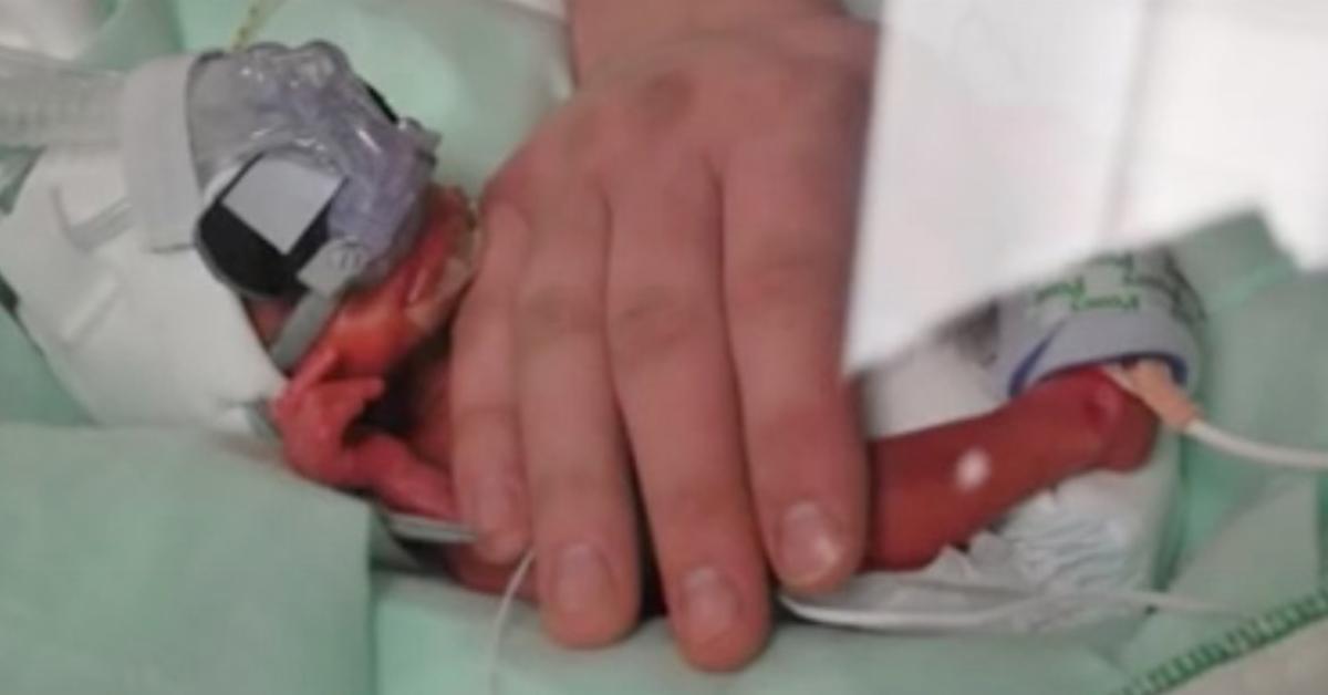 Mutter von 27-Wochen-Frühchen dankt Krankenschwester.