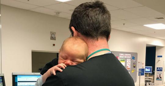 Foto von mit Baby kuschelndem Arzt begeistert das Internet