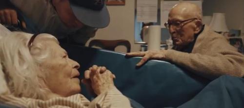 105 Jahre alter Mann besucht seine 100 Jahre alte Ehefrau im Krankenhaus, um den 80. Hochzeitstag in Anwesenheit der ganzen erstaunten Familie zu feiern