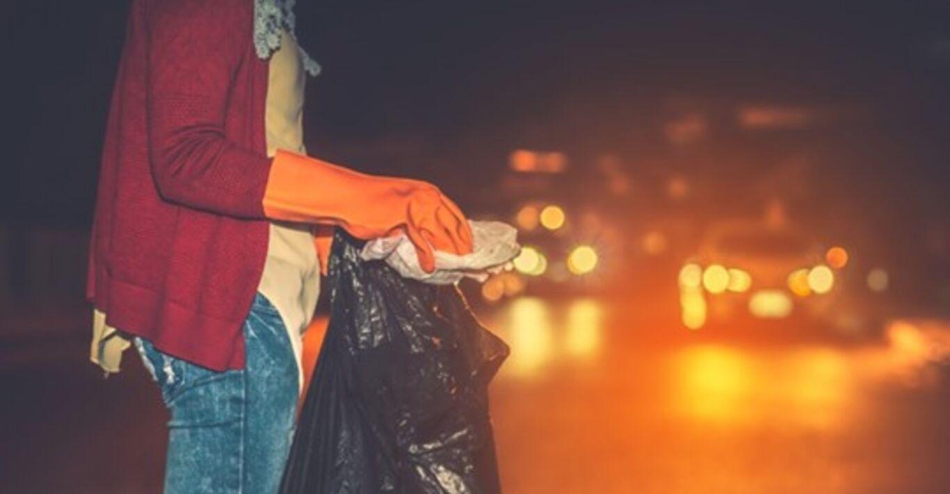 Er sieht, wie ein Auto einen Müllsack überfährt: Als er ihn öffnet, bricht seine Welt zusammen