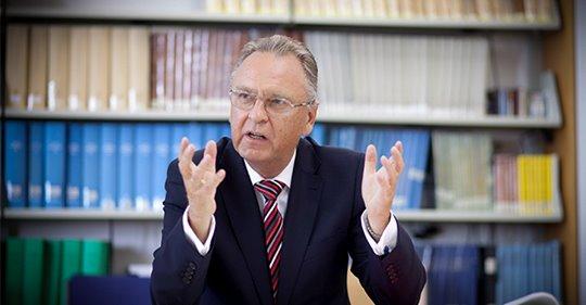 Knalleffekt: Oberster Verfassungsrichter attackiert Merkels Asyl-Politik!