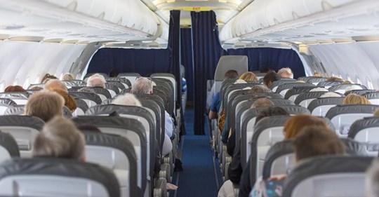 Frau überhört das Gespräch von zwei Soldaten in einem Flugzeug und wusste, dass sie mit einer Flugbegleiterin sprechen musste