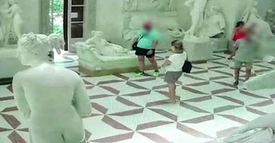 Tourist posiert für Foto und bricht Nackt Statue die Zehen ab