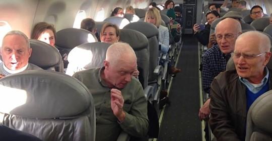 Verärgerte Passagiere warten auf ihren verspäteten Flug, wobei dann 4 ältere Männer alles ändern