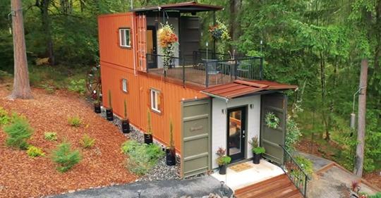 Ein Paar baut ein schlaues Zuhause aus Schiffscontainern, um schuldenfrei wohnen zu können