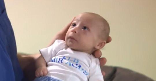 3 jähriger Junge sieht wegen seltener Form von Zwergwuchs aus wie Säugling