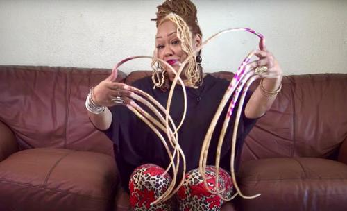 Vorgestellt wird die Frau aus Texas mit den längsten eingetragenen Fingernägeln