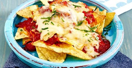 Überbackene Nachos mit Salsa und Käse
