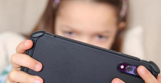 Zweijährige spielt mit Handy - und verschickt Nacktbild der Mutter an Freunde und Kollegen