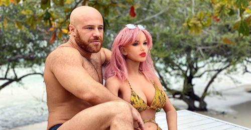 Es ist passiert: Bodybuilder hat seine Sexpuppe geheiratet