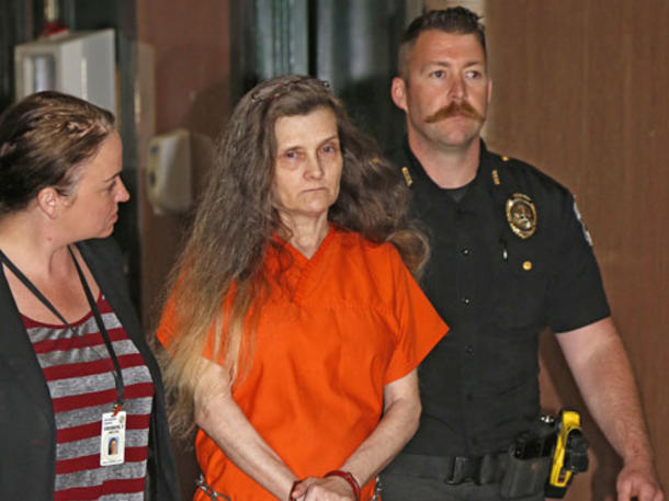 Wie Grausam! Folter-Oma misshandelt Enkelin (7) als verkleidete Hexe