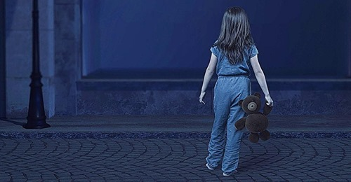 Taxifahrer finden ein 4-jähriges Mädchen, das nachts ganz allein durch die Straßen läuft und einen Wagen voller Spielzeug schiebt