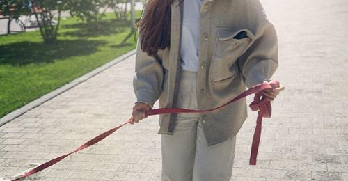 Um Ausgangssperre zu umgehen: Frau führt ihren Mann an Leine aus