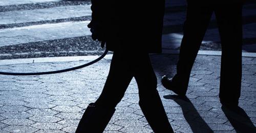 Frau will Ausgangssperre umgehen und führt Mann an Leine aus