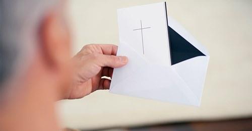 Umschläge waren mit Tesafilm zugeklebt – Witwer erhält beschädigte Trauerkarten, Geldspenden waren weg