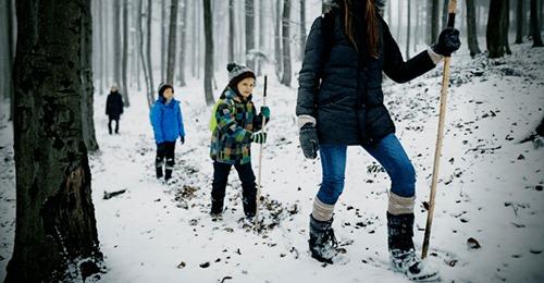 """Mutter zieht ihre 3 Kinder komplett aus, zwingt sie, nackt durch Schnee zu wandern – will nicht """"in Sünde leben"""""""