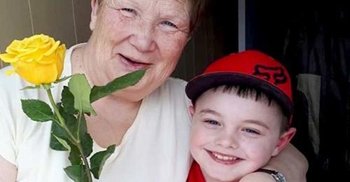 6-jähriger Junge schenkt mit seinem Ersparten jeder Frau in der Nachbarschaft eine Rose: ein wahrer Gentleman