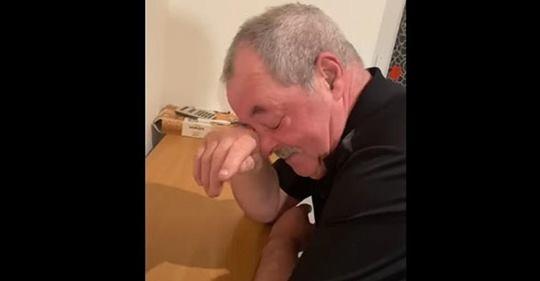 Vater bricht in Tränen aus, als sein Sohn ihm erzählt, dass er seinen gesamten Hauskredit abbezahlt hat