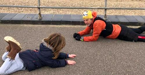Autistisches Kind hat einen Anfall und wirft sich auf den Boden: Ein Fremder beschließt, sich zu ihm zu legen und schafft es, es zu beruhigen