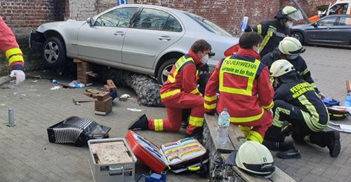 Unfall auf Supermarktplatz: Autofahrer beschleunigt plötzlich, schleift Frau mit – stirbt an den Verletzungen