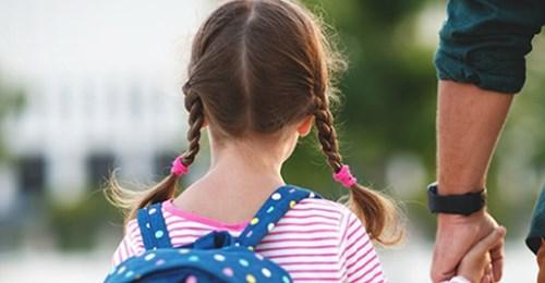 Ängstliches kleines Mädchen steigt in Bus und gibt Busfahrer einen Zettel – der liest ihn und ruft die Polizei