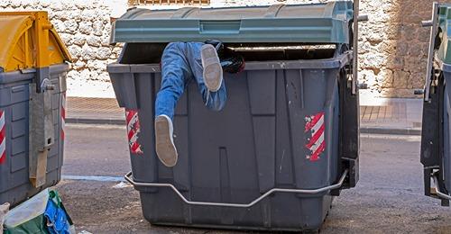 Junge (13) versteckt sich mit Freunden in Müllcontainer, wird kurz darauf geleert – Junge stirbt an Verletzungen