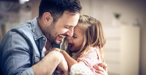 Onkel nimmt 6-jährige Nichte auf, nachdem leiblicher Vater sie verstoßen hat – jetzt wendet sich seine Familie gegen ihn