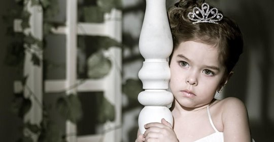 Eine Braut versucht der 3-jährigen Tochter ihres Verlobten die Teilnahme an der Hochzeit zu verbieten und sagt, dass sie ihn und nicht sein Kind heiraten will