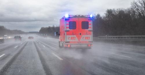 Unfall auf Autobahn: 16 Autos stoßen zusammen, mehrere Schwerverletzte – Unfallstelle 100 Meter lang