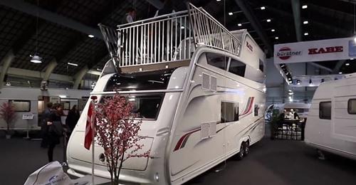 Campen 2.0 mit diesem zweistöckigen Wohnwagen und einer Dachterrasse!