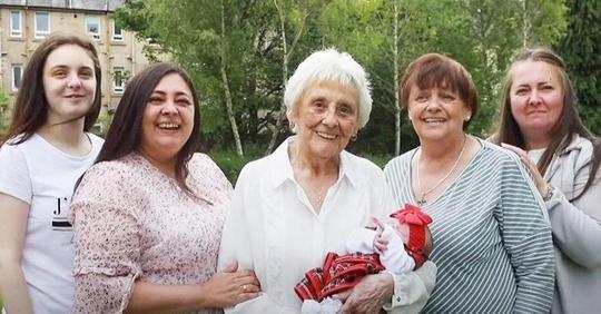 Achtfache Mutter hat 90 Enkelkinder in der einzigen britischen Familie, die aus sechs gleichzeitig lebenden Generationen besteht