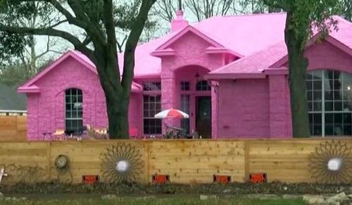 Mann streicht sein Traumhaus in Pepto-Bismol-Rosa und verärgerte Nachbarn können nichts dagegen tun