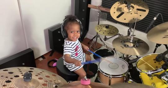 Begabtes 21 Monate altes Mädchen spielt fesselndes Schlagzeug Cover wie ein Profi